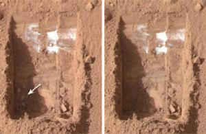 Sol 20: Phoenix spots possible chunks of ice (arrow) in the Dodo-Goldilocks trenches. By sol 24 they are gone (right).