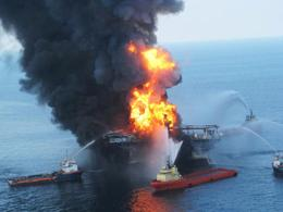 oil rig Deepwater Horizon on fire