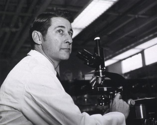 1960년대에 미네소타 대학교 로버트 굿 교수의 연구실에서 촬영한 맥스 쿠퍼의 사진